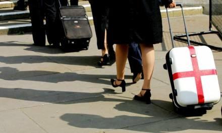 Pakują walizki i wyjeżdżają w poszukiwaniu lepszego życia. Czy je znajdują? /AFP