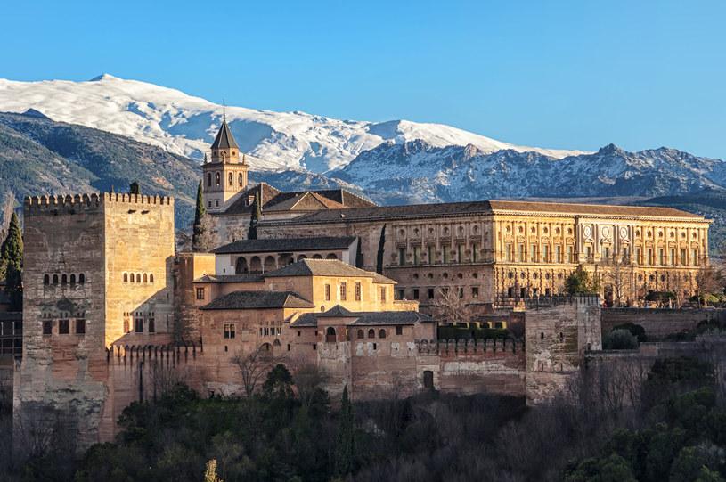 Pałac Alhambra w Grenadzie i góry Sierra Nevada w tle /123RF/PICSEL