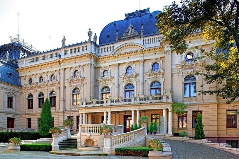 Pałac Izraela Poznańskiego i inne rezydencje Łodzi zagrały u Andrzeja Wajdy. Za murem pałacowego ogrodu stały fabryki – dziś centrum handlowe Manufaktura. /Agencja FORUM
