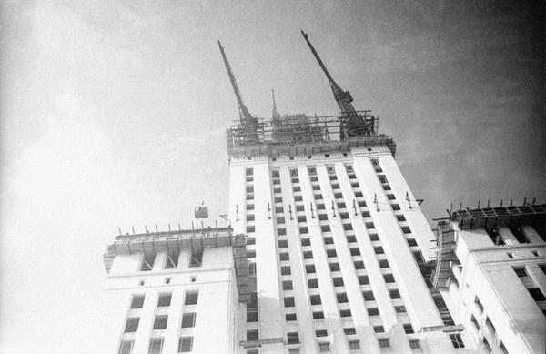 Robotnicy wjeżdżają windą budowlaną na szczyt Pałacu Kultury i Nauki w Warszawie, 1953