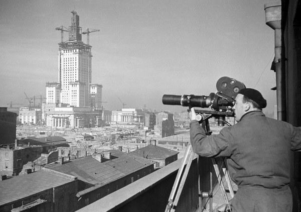 Operator Polskiej Kroniki Filmowej Karol Szczeciński filmuje budowę Pałacu Kultury i Nauki w Warszawie, 1953