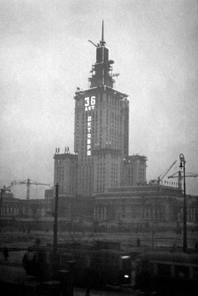 Pałac Kultury i Nauki podczas budowy, ozdobiony przez radzieckich robotników neonem w 36. rocznicę rewolucji październikowej, Warszawa, listopad 1953