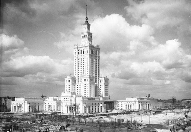 Pałac Kultury i Nauki w Warszawie. Zdjęcie z 1955 roku /Z archiwum Narodowego Archiwum Cyfrowego