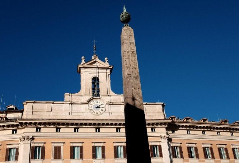 Pałac Montecitorio, siedziba włoskiego parlamentu. Tam w najbliższych dniach zapadnie decyzja o wyborze nowego prezydenta Italii /ALBERTO PIZZOLI /AFP