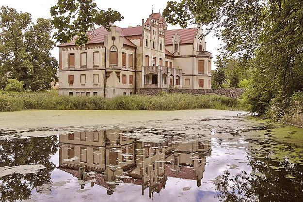 Pałac w Kłodzie Górowskiej. Wedle legendy w nocy krąży po nim zjawa... /Panorama Leszczyńska