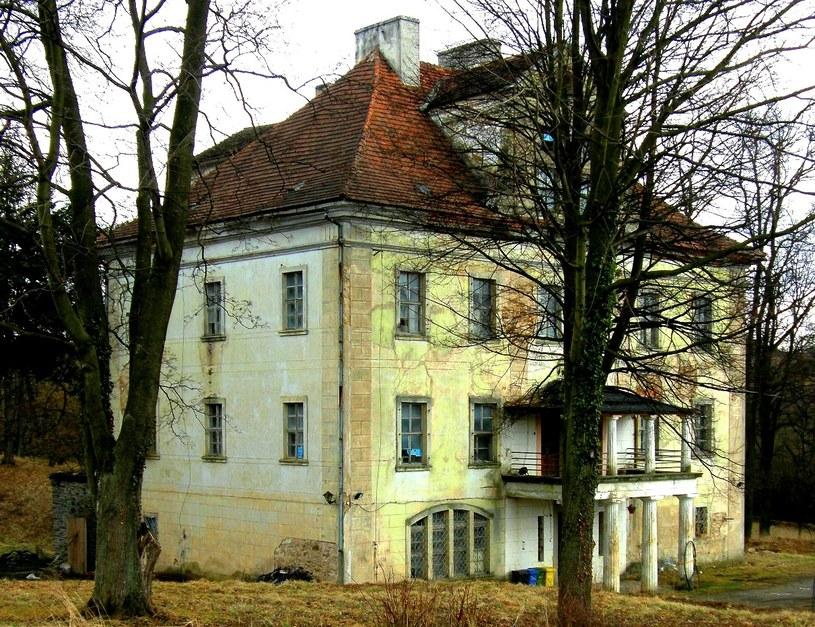 Pałac w Rząsinach podczas remontu jesienią 2010 roku /&nbsp