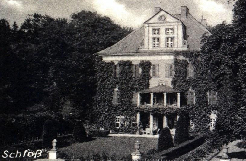 Pałac w Rząsinach w 1944 r., kiedy sprowadzono tutaj Instytut Doświadczalny Luftwaffe oraz cenne woluminy naukowo-medyczne /&nbsp