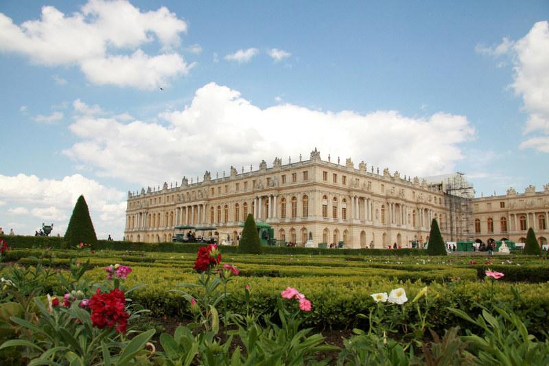 Pałac w Wersalu musiał kontrastować z biedą zatłoczonego Paryża  /© Panthermedia