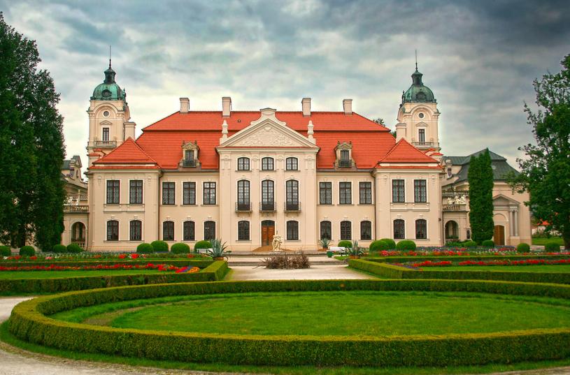 Pałac zaprojektowano na osi wschód – zachód, równolegle do doliny rzecznej /123RF/PICSEL