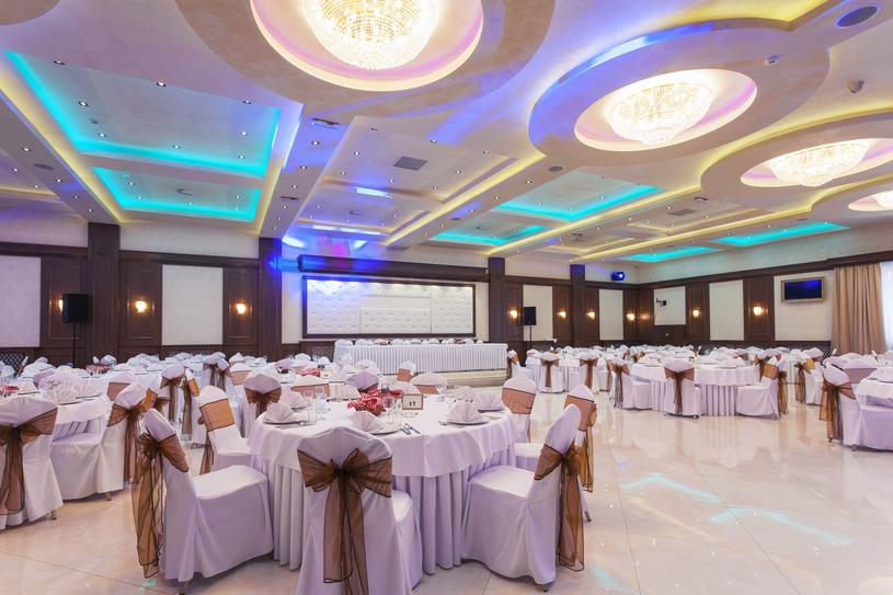 Pałacowy styl sal weselnych często łączy się z nowoczesnymi aranżacjami /123RF/PICSEL