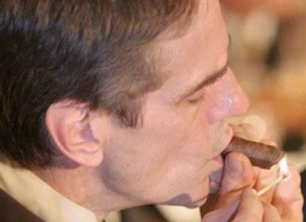 Palenie cygara to snobistyczny rytuał /AFP