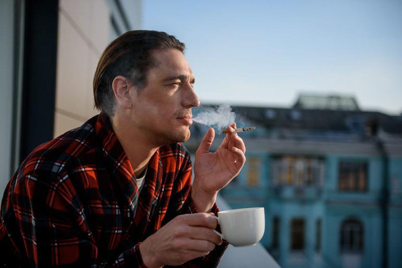 Palenie na balkonie /©123RF/PICSEL
