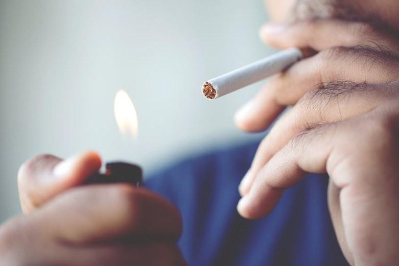 Palenie papierosów /©123RF/PICSEL