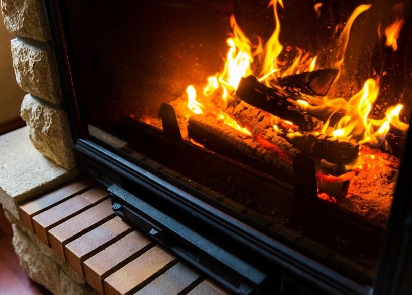 Palenie w kominku generuje zanieczyszczenia obniżające jakość domowego powietrza /123RF/PICSEL
