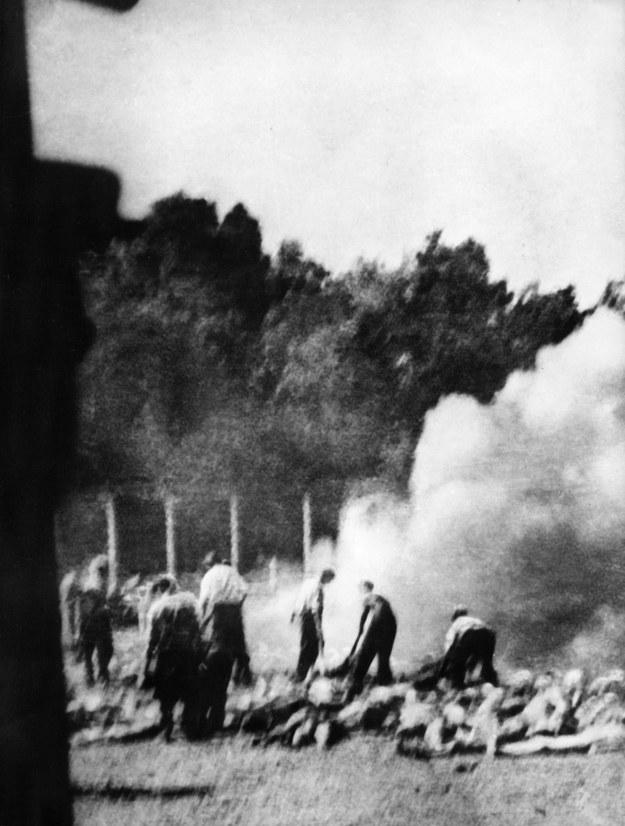 Palenie zwłok Żydów w KL Auschwitz-Birkenau - fotografia wykonana potajemnie przez jednego z członków żydowskiego Sonderkommando w 1944 r. /AFP