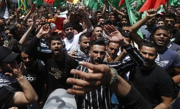 Palestyńczycy niosą ciało 16-letniego Raszida Abu Ardy, który został zastrzelony przez izraelskiego żołnierza. /ALAA BADARNEH  /PAP/EPA