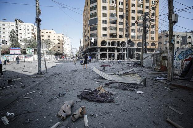 Palestyńczycy sprawdzają gruzy zniszczonej wieży Al-Jawhara po izraelskim nalocie nocnym w mieście Gaza /HAITHAM IMAD /PAP/EPA