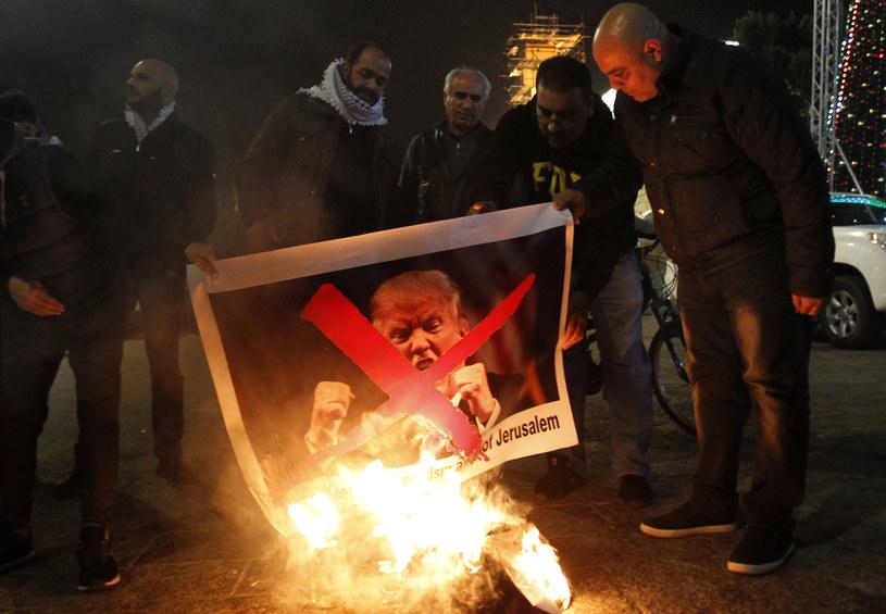 Palestyńczycy z płonącym zdjęcie Donalda Trumpa /MUSA AL SHAER  /AFP