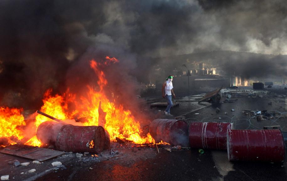 Palestyńska barykada płonąca w Hebronie /ABED AL HASHLAMOUN    /PAP/EPA