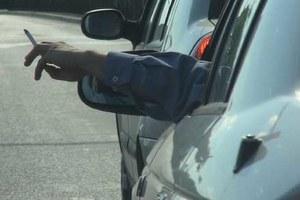 Palisz jadąc autem? Co robisz z niedopałkiem?