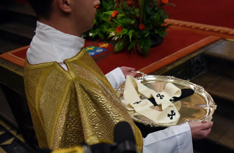 Paliusz to noszony na ramionach biały pas, którego dwa końce spływają na plecy i piersi /Marek Lasyk  /Reporter