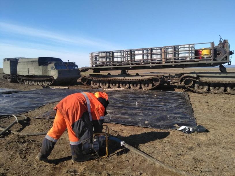 Paliwo, które wyciekło w Norylsku, przenika przez zapory na rzekach /Russian Marine Rescue Service press service Handout HANDOUT /PAP/EPA