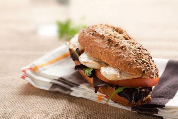 Pałnoziarnista kanapka z kurczakiem /123/RF PICSEL