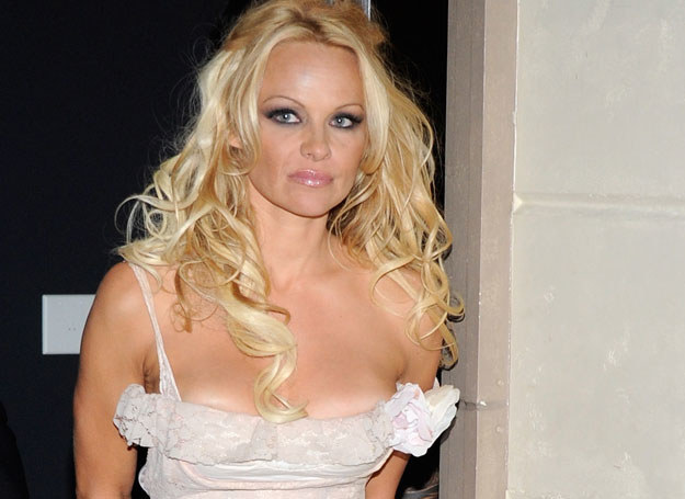Pamela Anderson musiała zmniejszyć biust /Getty Images/Flash Press Media