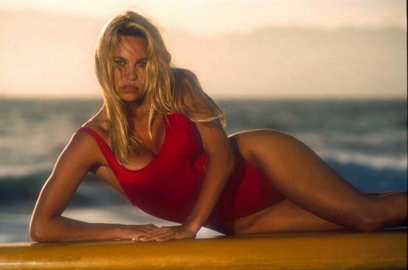 Pamela Anderson w Słonecznym Patrolu wcielała się w seksowną ratowniczkę C. J. Parker /Shooting Star/Sipa USA /East News