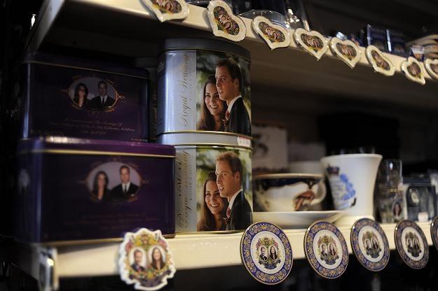 Pamiątki z okazji królewskiego ślubu księcia Williama i Kate Middleton /AFP