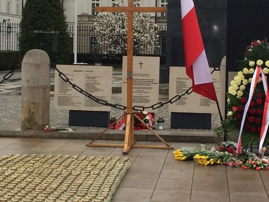 Pamiątkowe tablice, znicze i kwiaty przed Pałacem Prezydenckim /Mariusz PIekarski /RMF FM