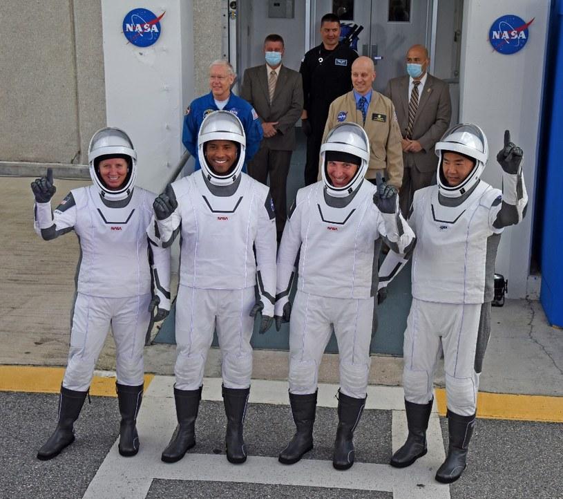 Pamiątkowe zdjęcie astronautów wykonane przed startem /AFP