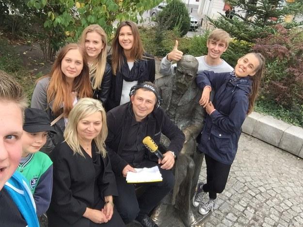Pamiątkowe zdjęcie reportera RMF FM Krzysztofa Kota z uczniami liceum im. Kraszewskiego /RMF FM
