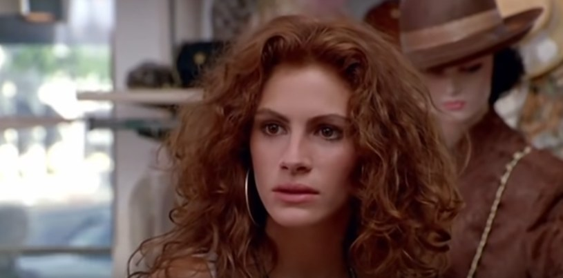 """Pamiętacie scenę z filmu """"Pretty woman"""", w której główna bohaterka nie została obsłużona przez ekspedientki, bo źle wyglądała? /YouTube"""
