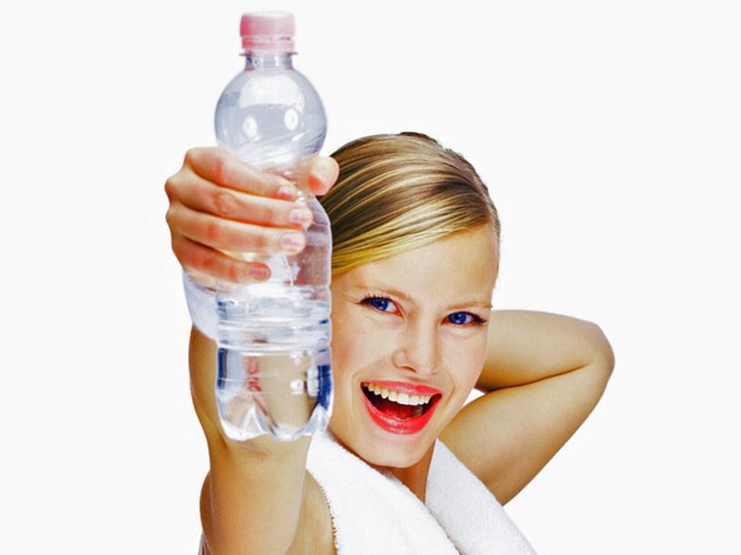 Pamietaj, aby nie wlewać w siebie na raz półtora litra wody. Pij regularnie przez cały dzień  /© Panthermedia