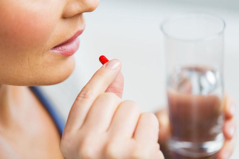 Pamiętaj, by antybiotyk popijać wodą /123RF/PICSEL