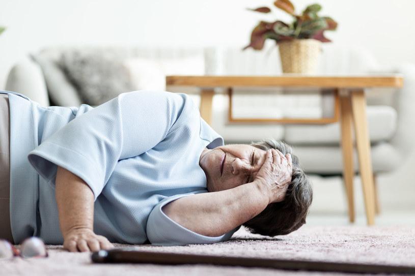 Pamiętaj, by nigdy nie lekceważyć objawów, takich jak senność, osłabienie i ból głowy /123RF/PICSEL