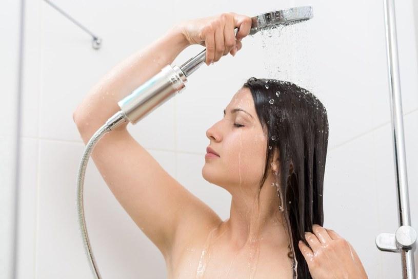 Pamiętaj, by temperatura wody pod prysznicem nie przekraczała 38 stopni /123RF/PICSEL