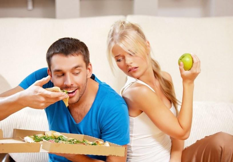 Pamiętaj, by wodę, soki itp. pić pół godziny przed lub po posiłkach! /123RF/PICSEL