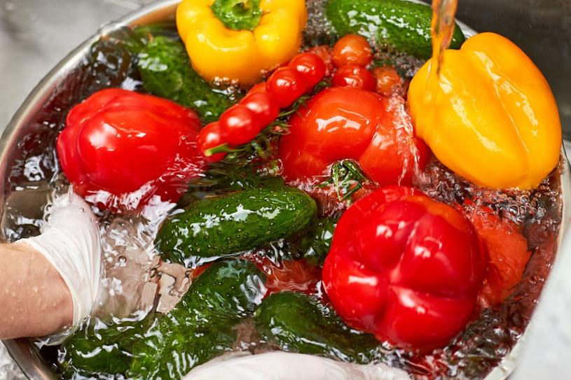 Pamiętaj o dokładnym myciu warzyw i owoców /123RF/PICSEL
