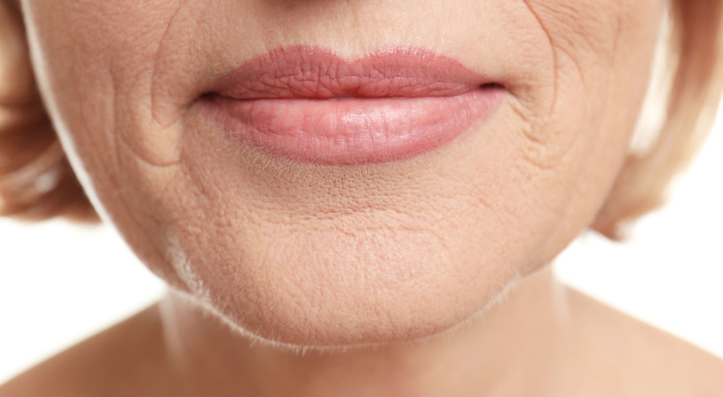 Pamiętaj o smarowaniu skóry wokół ust silikonową bazą /123RF/PICSEL