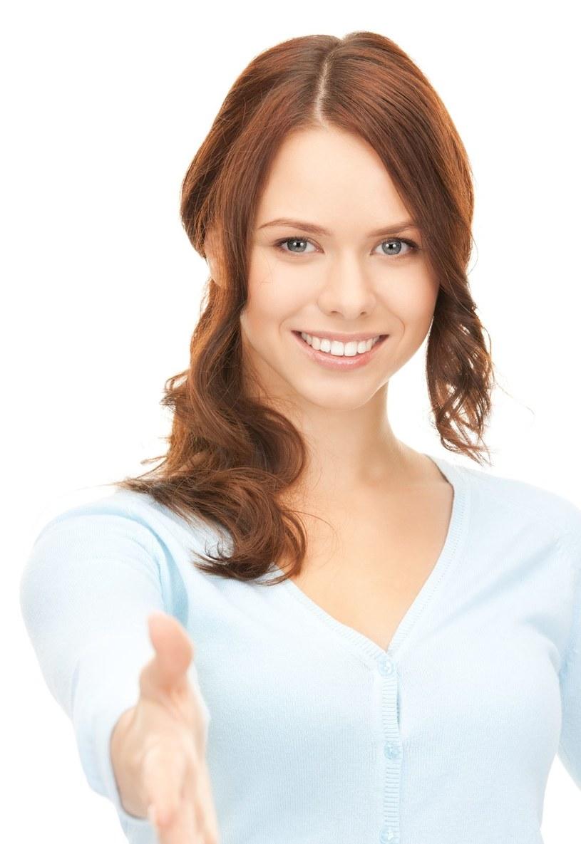 Pamiętaj o uśmiechu, zwłaszcza przy poznawaniu nowych osób /123RF/PICSEL