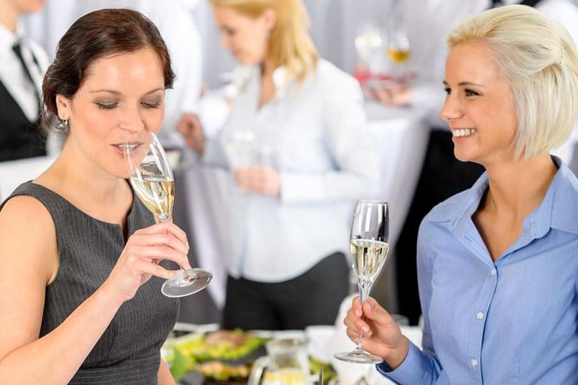 Pamiętaj, że alkohol może zamieszać nie tylko w twojej głowie, ale i w towarzystwie. A to najkrótsza droga do popełnienia gafy /123RF/PICSEL