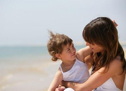 Pamiętaj, że skóra dziecka jest wrażliwa dlatego też warto smarować ją kremami /© Panthermedia
