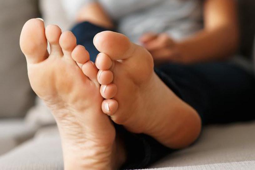 Pamiętaj, żeby po każdej kąpieli nawilżać skórę stóp. Najlepsze są kremy zmiękczające /123RF/PICSEL