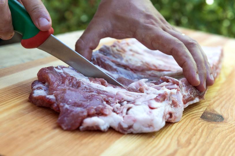 Pamiętaj, żeby używać oddzielnej deski do krojenia surowego mięsa /123RF/PICSEL
