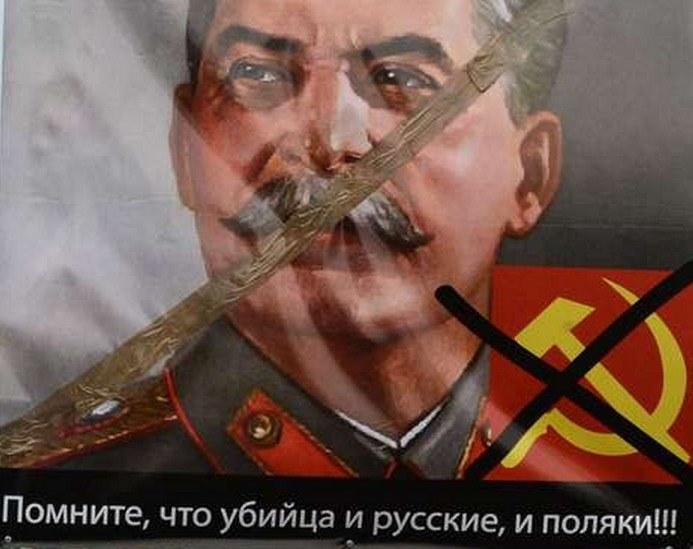 """""""Pamiętajcie, że Stalin jest mordercą i Rosjan i Polaków"""". Transparent niesiony podczas jednej z anykomunisycznych demonstracji /AFP"""