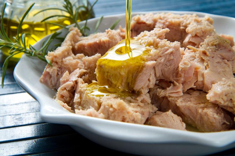Pamiętajmy - zawsze lepszy na czarną godzinę będzie tuńczyk w oleju /123RF/PICSEL