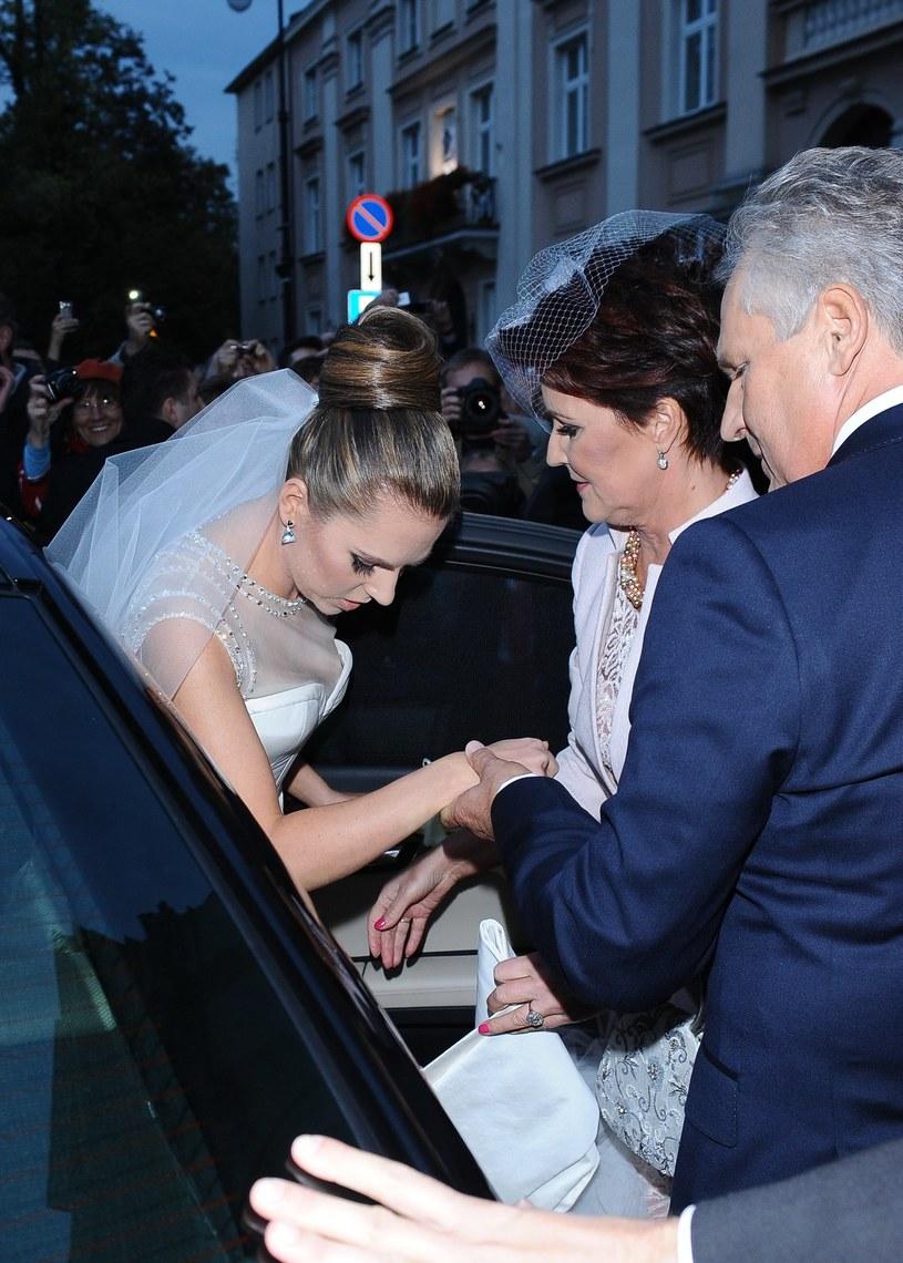 Pamiętny ślub Oli - tu na zdjęciu z rodzicami /VIPHOTO /East News