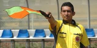 Pan Humberto podnosi chorągiewkę i jest z tego dumny. /AFP